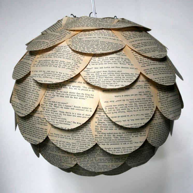 lampada in carta con giornali