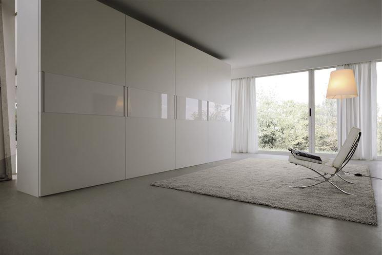 armadio moderno con ante complanari