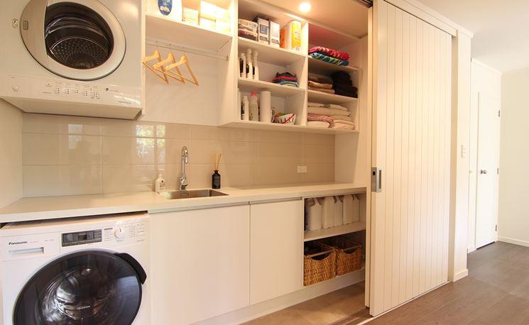Mobile per lavatrice a scomparsa in corridoio