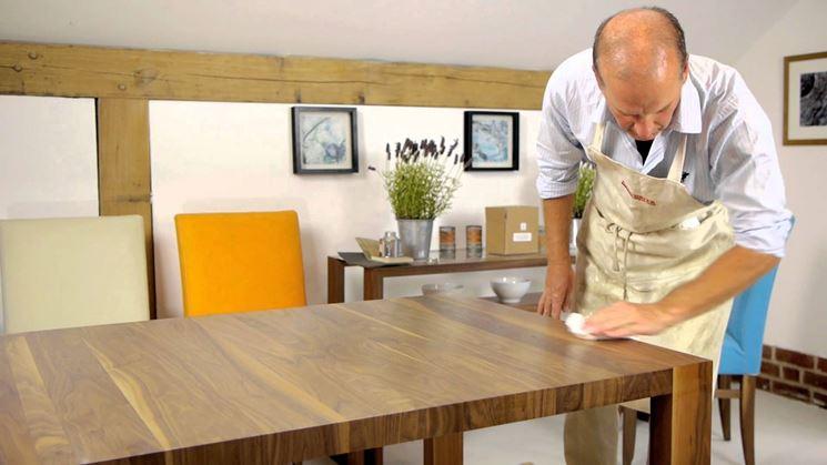 lucidatura tavolo in legno