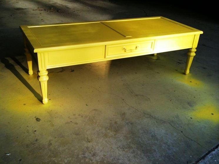 tavolino colorato di giallo