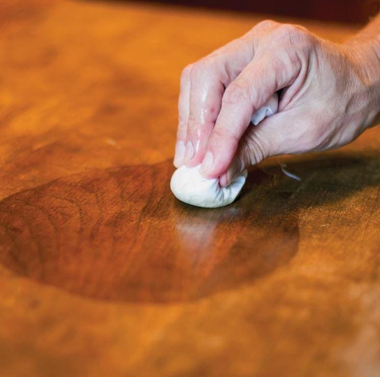 Lucidare il legno a tampone