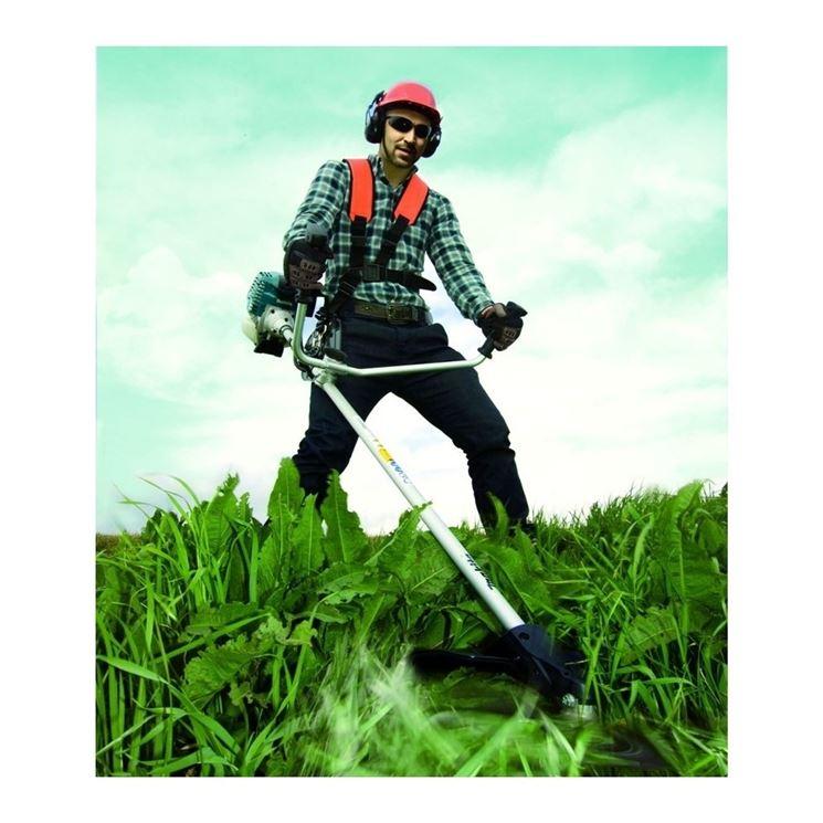 Decespugliatore in azione sulle erbacce