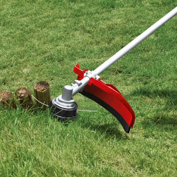 taglio erba con decespugliatore