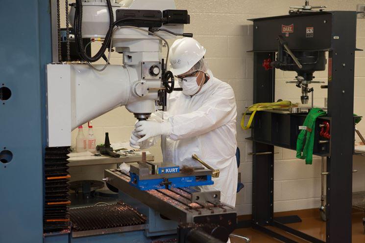 Operaio a lavoro con una macchina fresatrice industriale