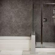 bagno moderno con diccia e vasca