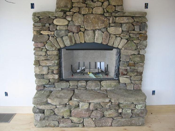 caminetto rivestito in pietra