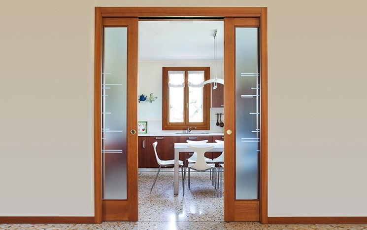 Soluzioni di porte scorrevoli in vetro e legno