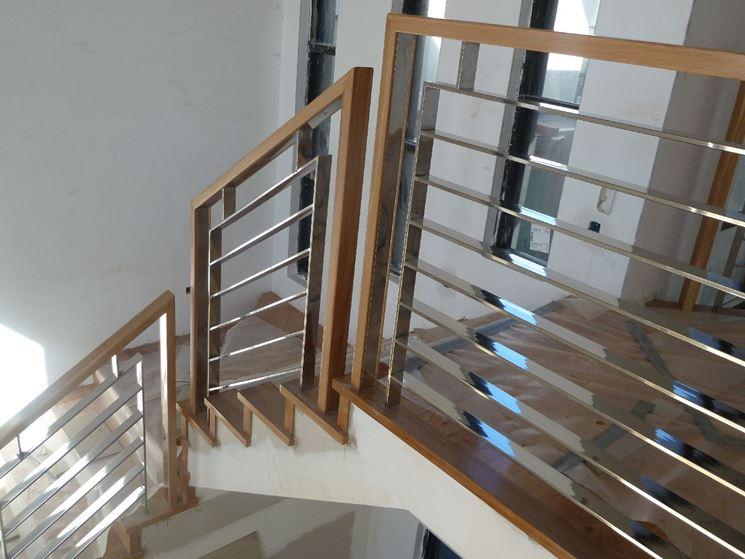 esempio di corrimano in acciaio e legno