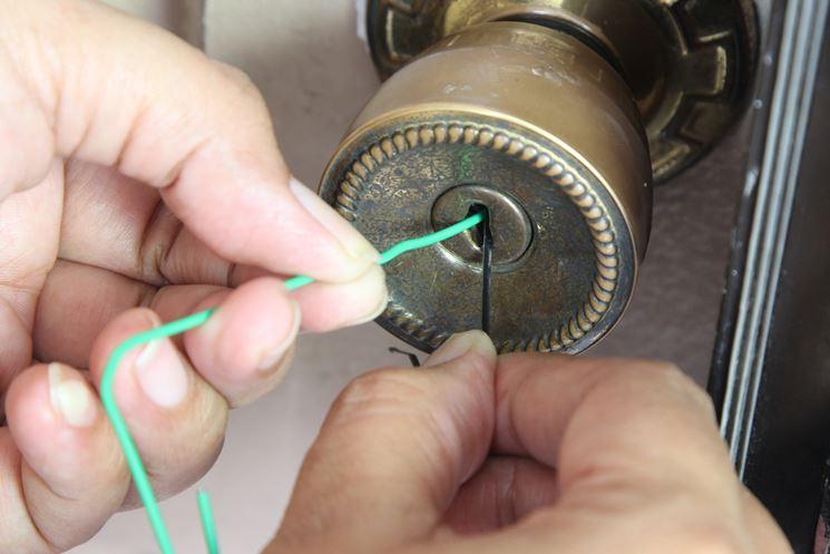 aprire serratura con chiave a brugola e graffetta