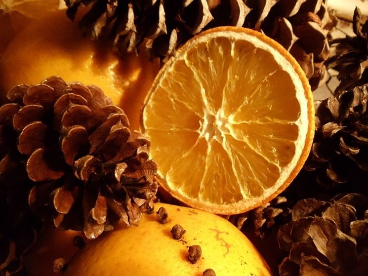 decorare con frutta e pigne