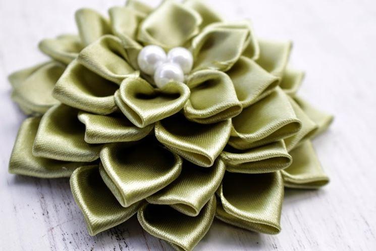 Come fare un fiore di raso bricolage realizzare fiore for Gnomi di stoffa fai da te