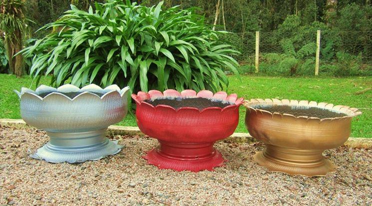 vasi da giardino con vecchie gomme