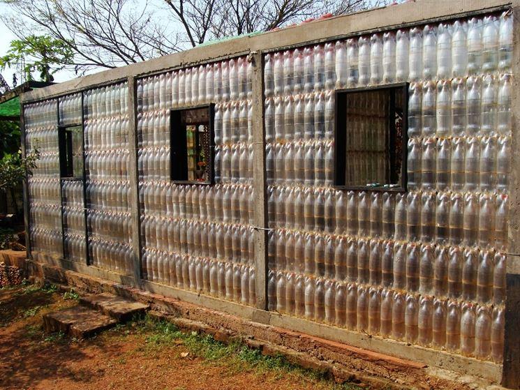 parete costruita con bottiglie di plastica