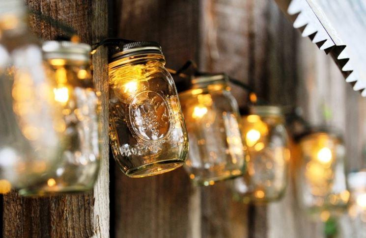barattoli di vetro con luci natalizie