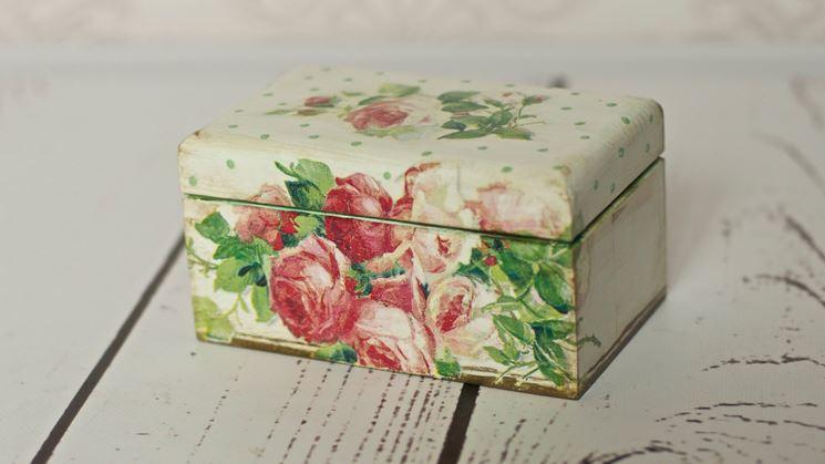 scatola decorata con fiori