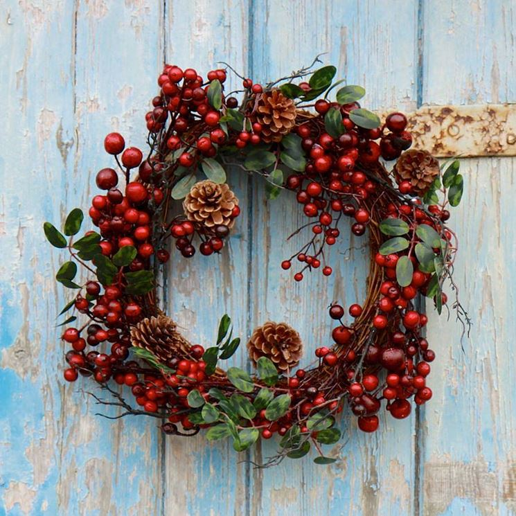 ghirlanda natalizia sulla porta
