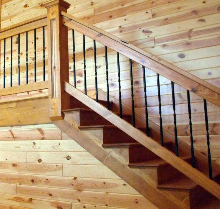 Rivestimento parete scala con perline di legno