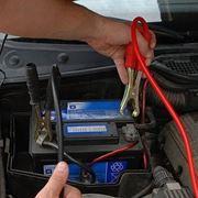 caricare la batteria dell^auto