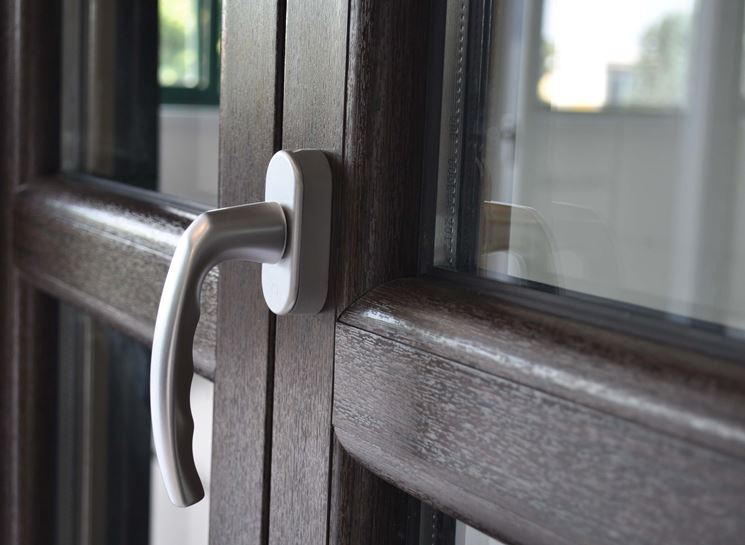 Resinare gli infissi in legno manutenzione come - Infissi esterni in alluminio ...