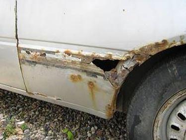 eliminare la ruggine dall'auto