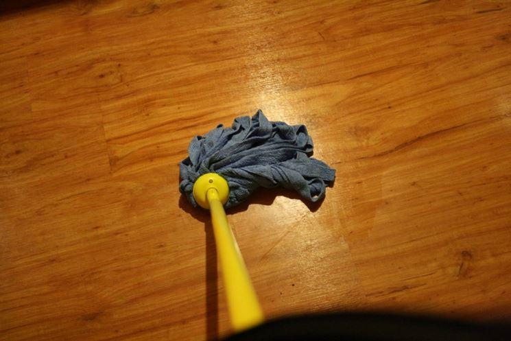 pulire il parquet dalle macchie