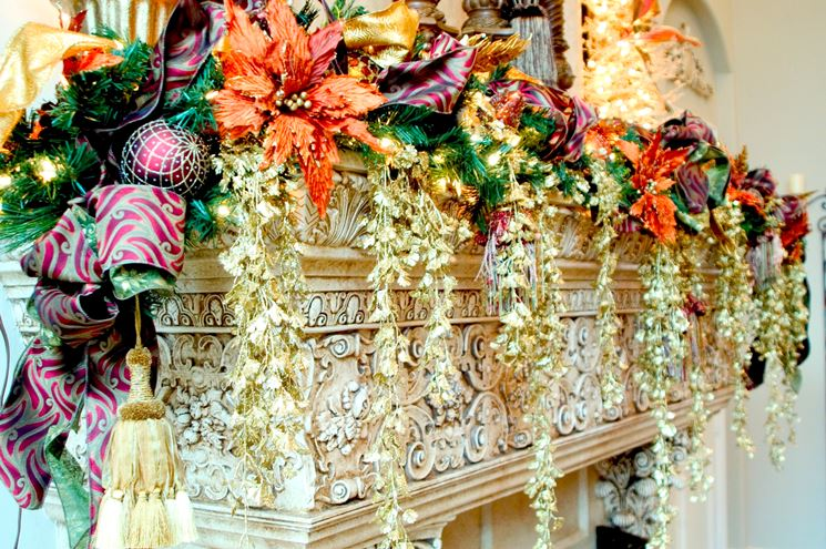 esempio di decorazioni natalizie per caminetto