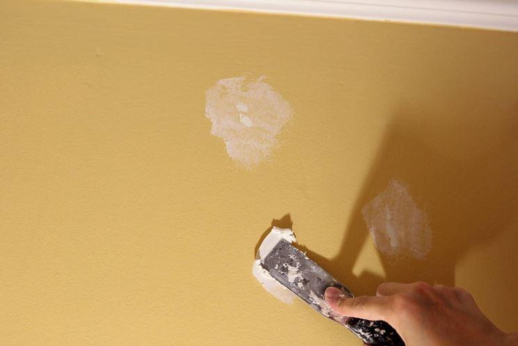 stuccare buchi nel muro