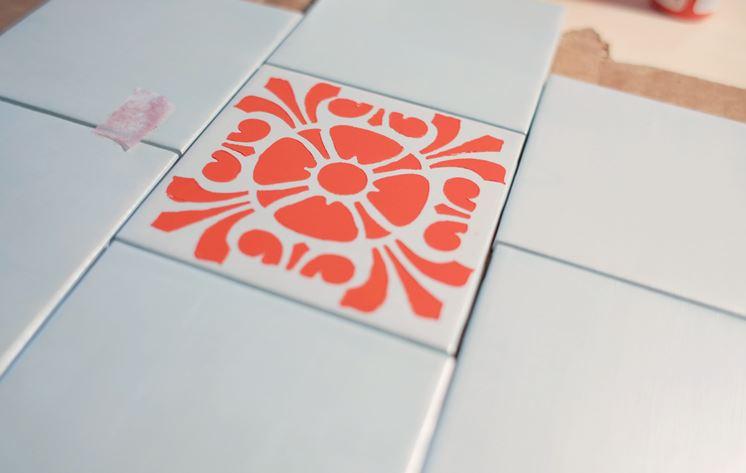 piastrella decorata con stencil