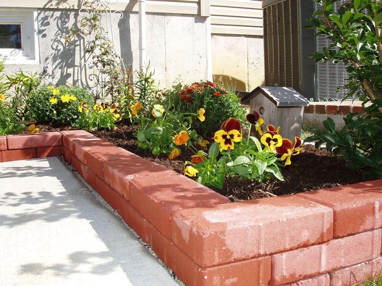 Attrezzare il giardino in fai da te con mattoni for Bordi per aiuole fai da te