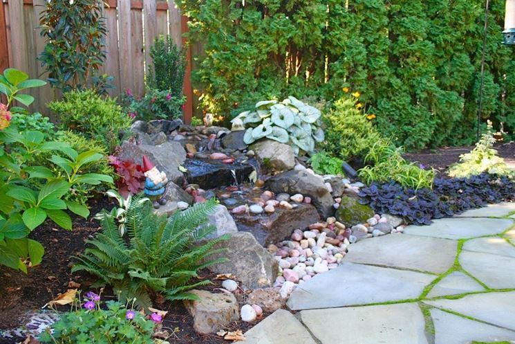 Piccola cascata con ciottoli in giardino come costruirla for Cascate da giardino