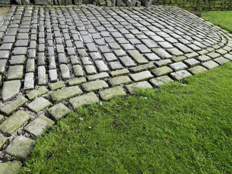 Vialetto con mattoni in giardino come si realizza for Arredamento da giardino prato