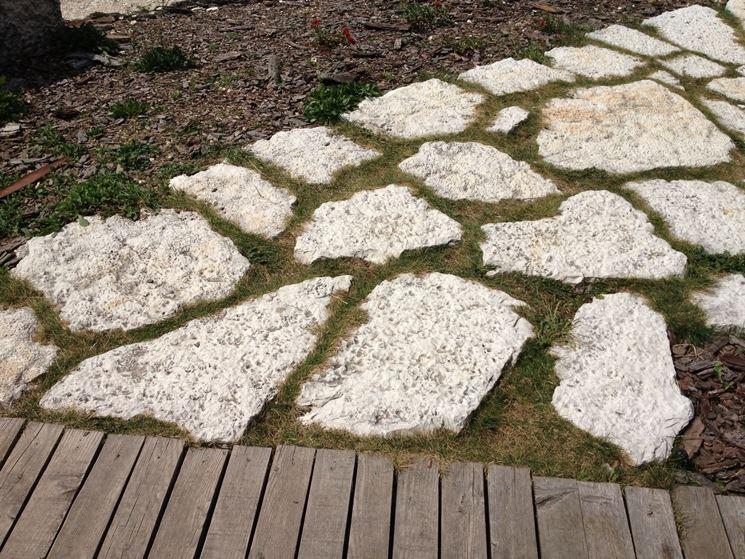 Vialetto in giardino con lastre di pietra come for Piastrelle da esterno in cemento leroy merlin