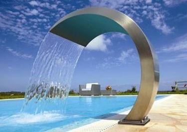 Ci sono docce per piscine che assomigliano a delle vere e proprie opere d'arte
