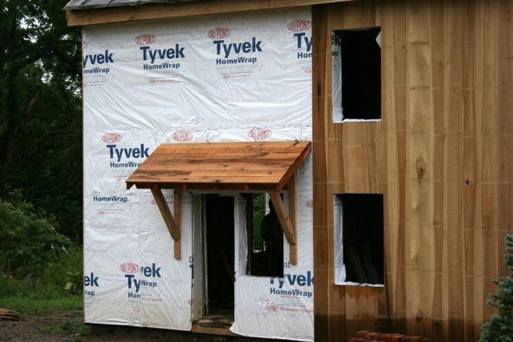 Pensilina o tettoia in legno in costruzione