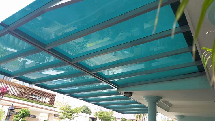 Una tettoia in policarbonato