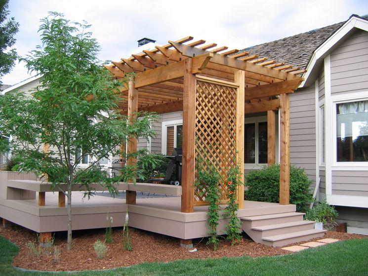 Giardino con pergolato in legno
