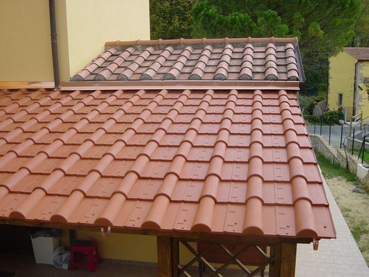 esempio di tettoia in legno con tegole