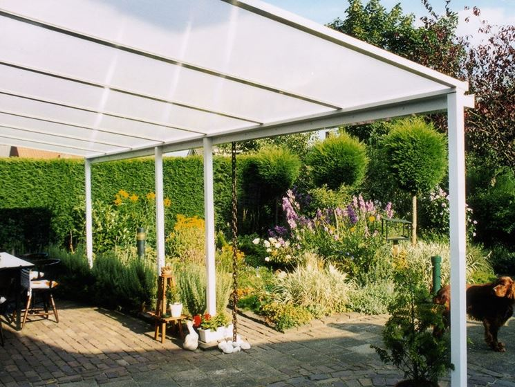 Tettoia in policarbonato in giardino