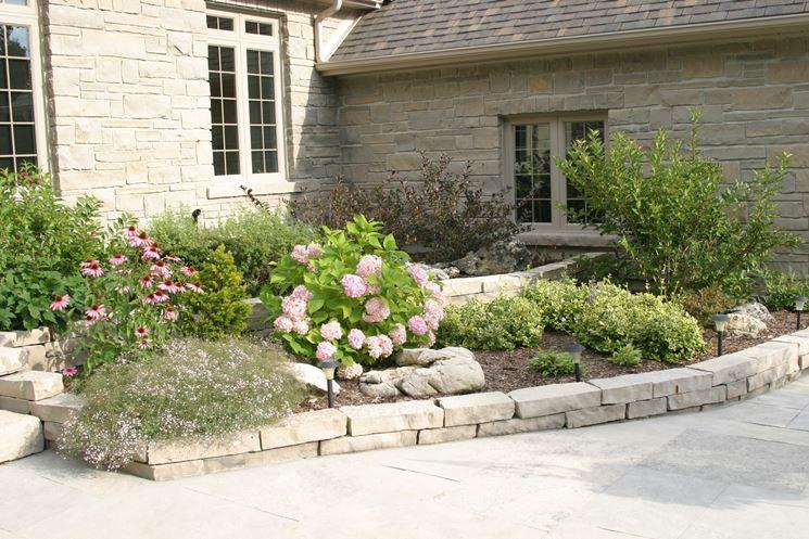 Aiuole in pietra tipi di giardini realizzare aiuole in for Case con verande tutt attorno