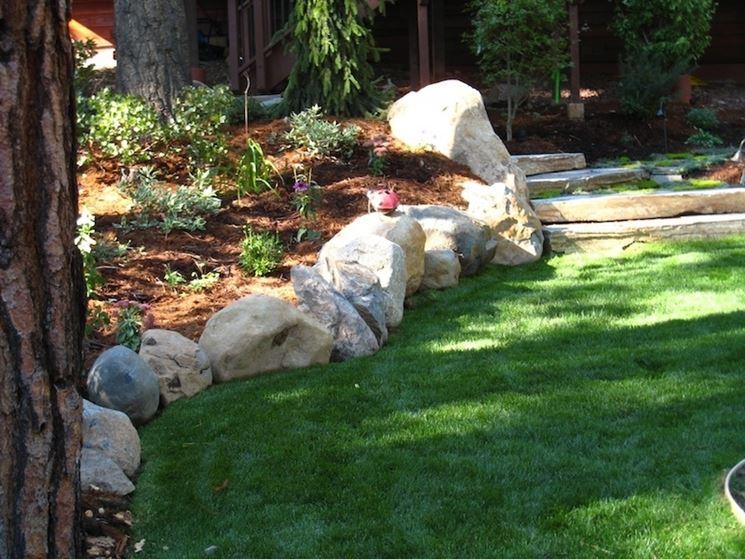Aiuole in pietra tipi di giardini realizzare aiuole in for Aiuole giardino con sassi