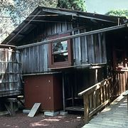 Casa con serbatoio d'acqua piovana