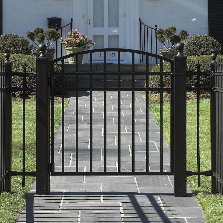 ingresso pedonale con cancello in metallo