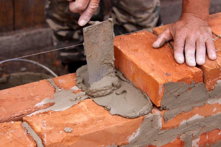 costruzione muro di mattoni