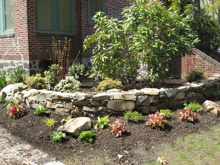 Costruire un muro in pietra muratura come costruire un - Muretti per giardino ...