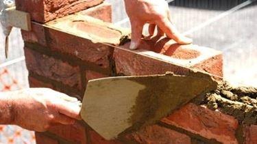 costruire muro di mattoni