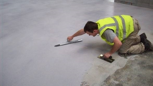 Posare un pavimento in resina pavimentazioni - Primer per piastrelle ...
