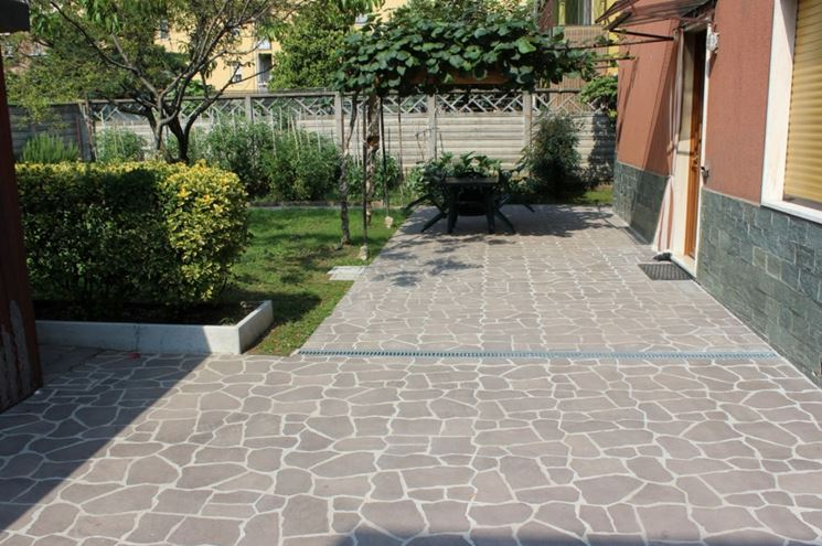 pavimento in porfido con lastre non uniformi