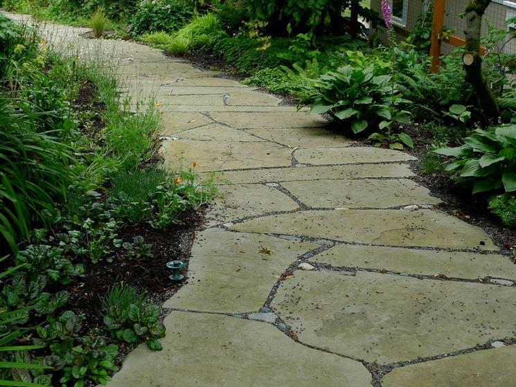 Vialetto in giardino con pietre irregolari come - Viali da giardino ...