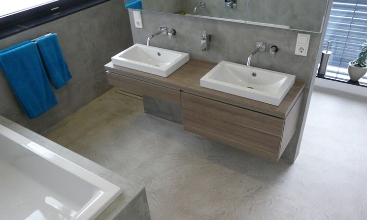 Bagno con pavimento in resina